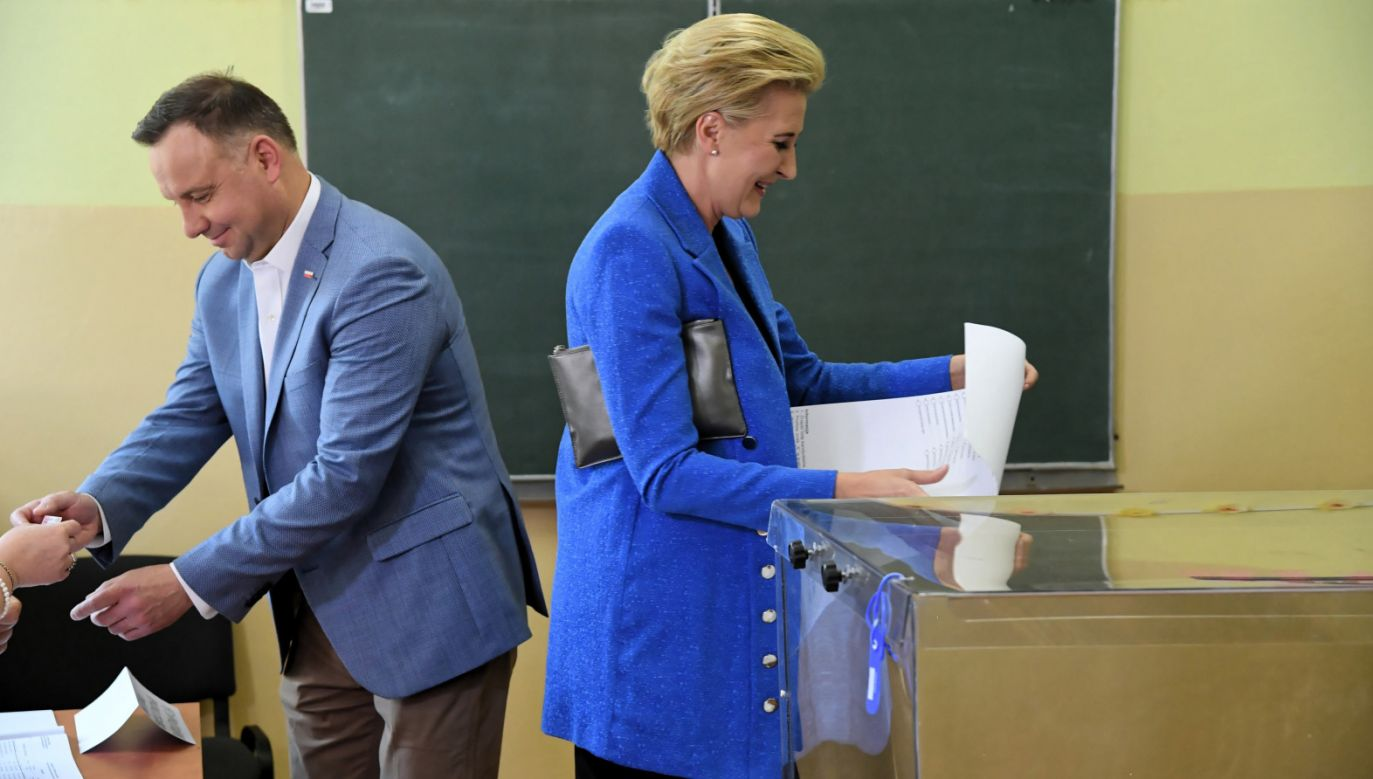 Prezydent Andrzej Duda z małżonką Agatą Kornhauser-Dudą głosują w lokalu wyborczym w Zespole Szkół nr 5 w Krakowie (fot. PAP/Jacek Bednarczyk)
