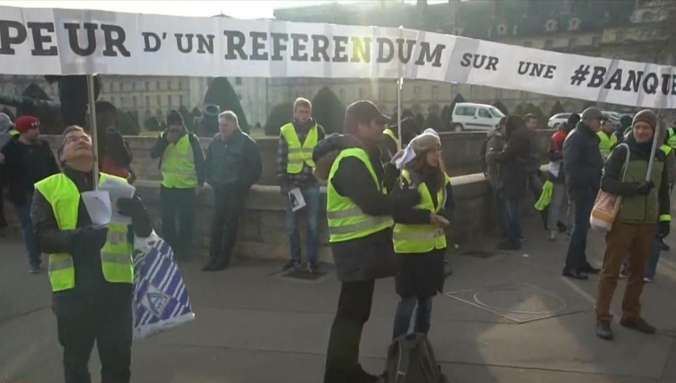 Przeciwnicy Macrona wciąż demonstrują na ulicach paryża i na prowincji (fot. TVP Info)