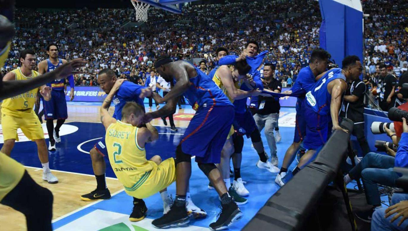 Spotkanie nie zostało dokończone, ponieważ po wykluczeniu grupy awanturników okazało się, że reprezentacji Filipin został jeden zawodnik (fot. tt/BBC Sport)