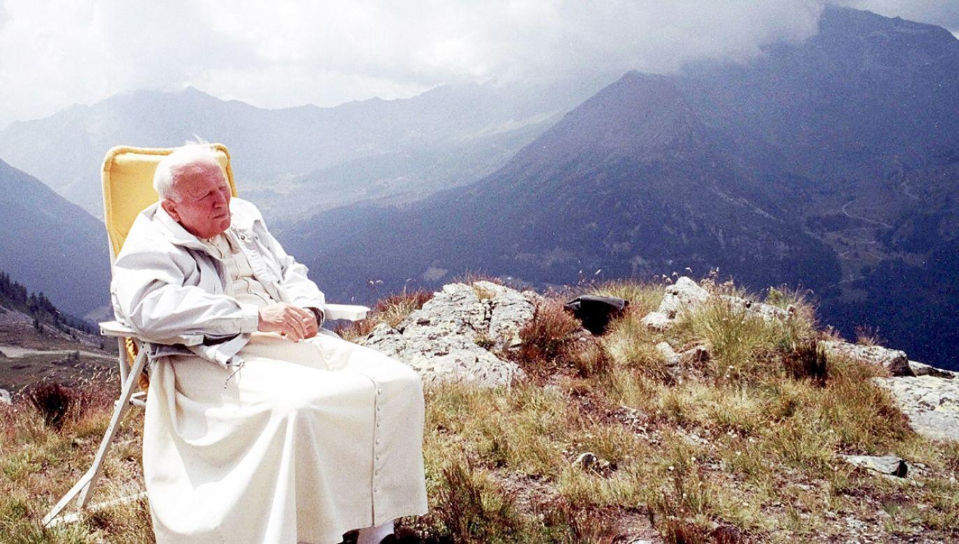 Jan Paweł II odpoczywa w  lipcu 2000 r. W Les Combes, Włochy  (fot.  Vatican Pool/Getty Images)