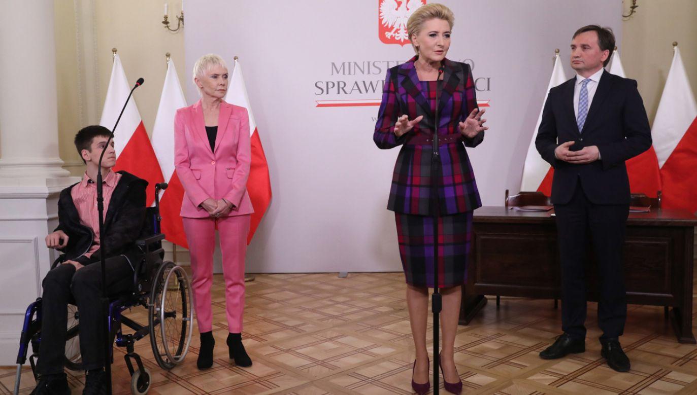 Żona prezydenta RP Agata Kornhauser-Duda (2P), minister sprawiedliwości Zbigniew Ziobro (P) i prezes Fundacji
