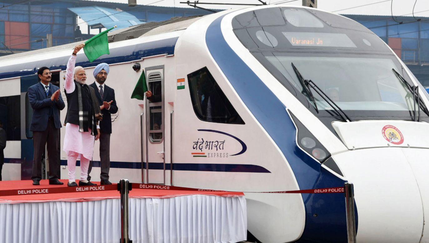 """Premier Indii Narendra Modi w trakcie ceremoni inaugurującej najnowszy pociąg zbudowany w ramach programu """"Made in India"""" (fot. PAP/EPA/PRESS INFORMATION BUREAU GOVERNMENT OF INDIA HANDOUT)"""