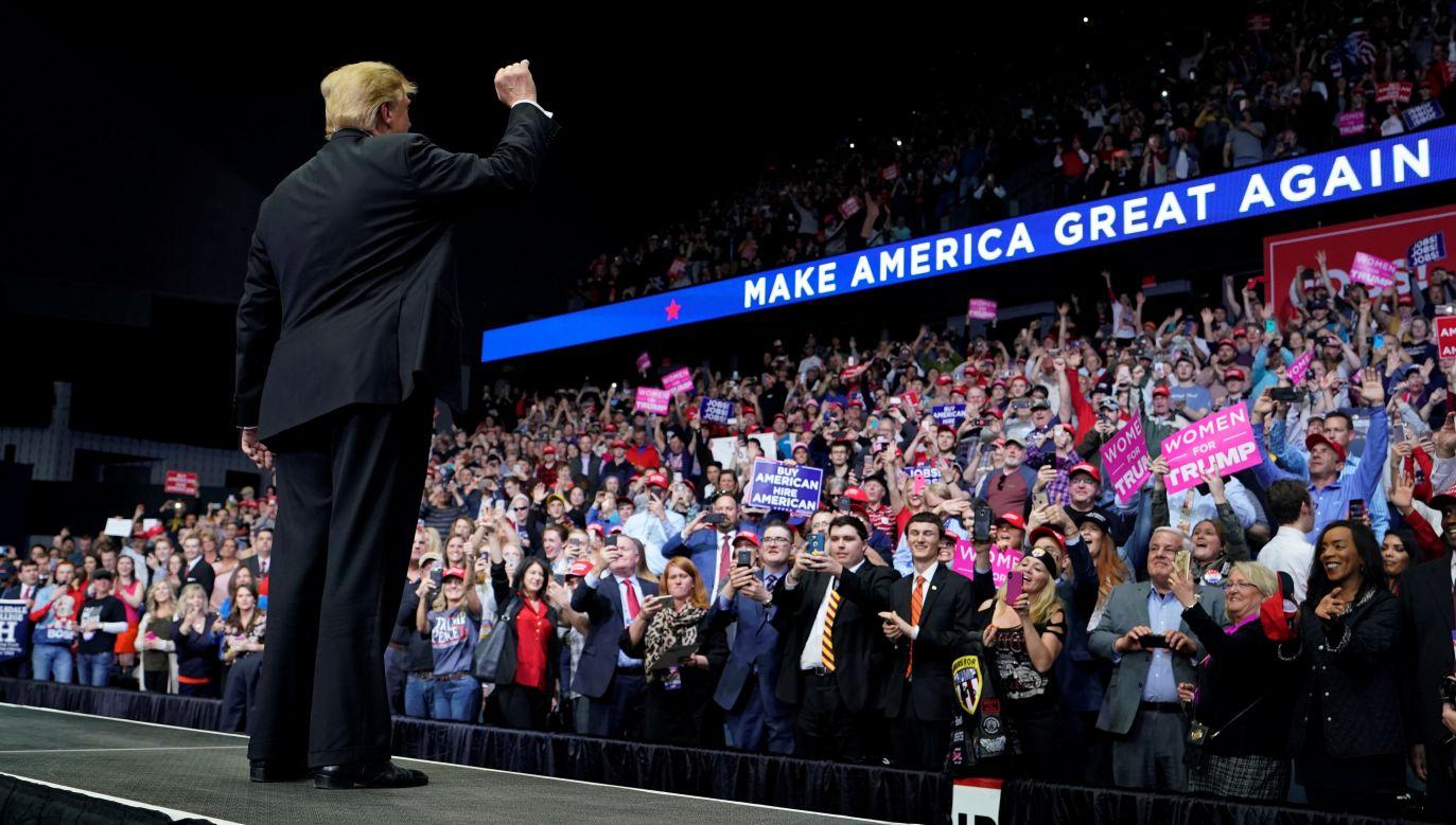 """Trump jako jedyny z kandydatów, a teraz jako prezydent, w naturalny sposób używa zaimka """"nasz"""": nasi rolnicy, nasi weterani, nasi górnicy. Na zdjęciu: wiec przedwyborczy w Grand Rapids w stanie Michigan. Fot. Reuters/Joshua Roberts"""
