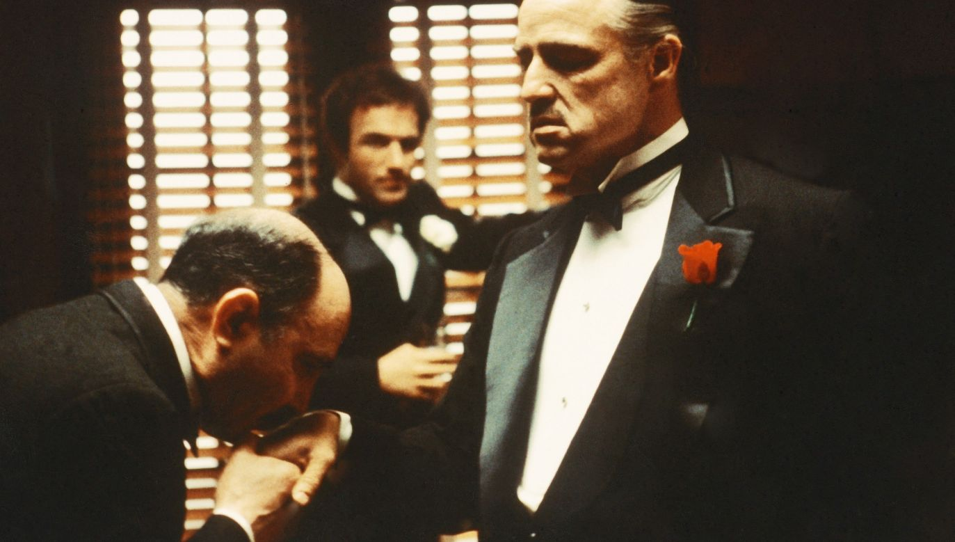 """Mafia kojarzy się z """"Ojcem Chrzestnym"""". Na zdjęciu kadr z filmu Francisa Forda Coppoli z 1972 roku z Marlonem Brando w roli tytułowej. Fot. Silver Screen Collection/Hulton Archive/Getty Images"""