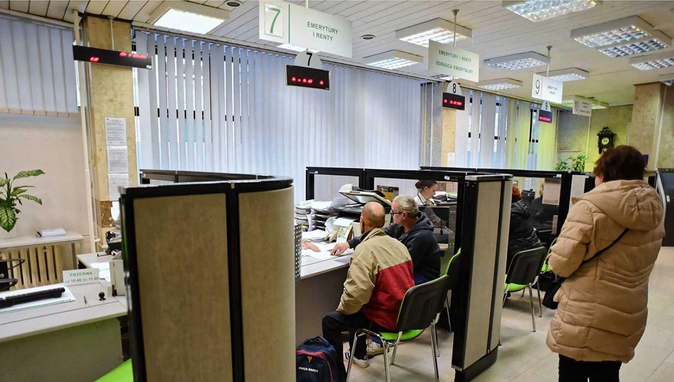 Projekt zakłada minimalną gwarantowaną podwyżkę świadczenia na poziomie 70 zł (fot. arch. PAP/Piotr Polak)