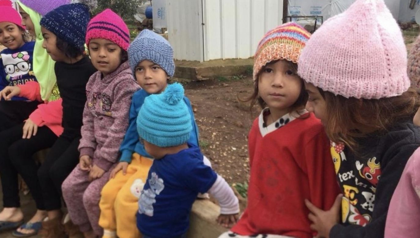 Children had priority in receiving the hats. Photo: PCPM