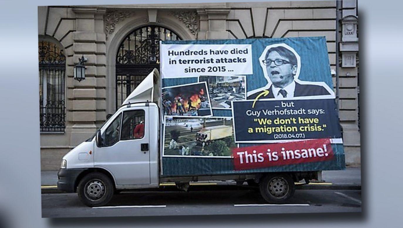Belgijska policja zatrzymała auto z billboardem wymierzonym w Guy Verhofstadta (fot. TT/Imran Baig Mirza)