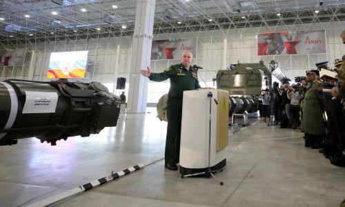 W styczniu 2019 r. dowódca rosyjskich oddziałów rakietowych i artylerii Michaił Matwiejewski zademonstrował pocisk 9M729 po odprawie dla attache wojskowych i światowych mediów, zorganizowanej przez rosyjskie Ministerstwo Obrony. Fot. Sergei Bobylev / TASS TASS via Getty Images