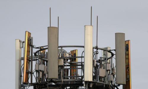 """Filip Hammond, brytyjski kanclerz skarbu w gabinecie Theresy May powiedział, że zainwestowanie 1 miliarda funtów w szybkie sieci szerokopasmowe w całym kraju oraz testy sieci komórkowej 5G pomogą stworzyć """"światowej klasy infrastrukturę cyfrową"""", w celu zwiększenia wydajności w Wielkiej Brytanii. Zdjęcie: maszt telefonu komórkowego w Basingstoke w hrabstwie Hampshire. Fot.: Andrew Matthews / PA Images via Getty Images"""