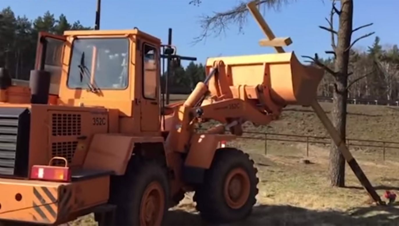 W ostatnich tygodniach władze zdemontowały w Kuropatach kilkadziesiąt krzyży i zaczęły budowę ogrodzenia (fot. YouTube/BIEŁSAT PO POLSKU)