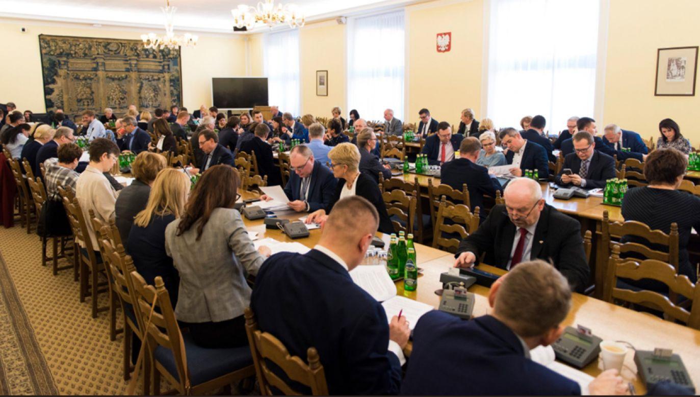 Komisja finansów przyjęła 22 poprawki do ustawy budżetowej (fot. Twitter/Sejm)