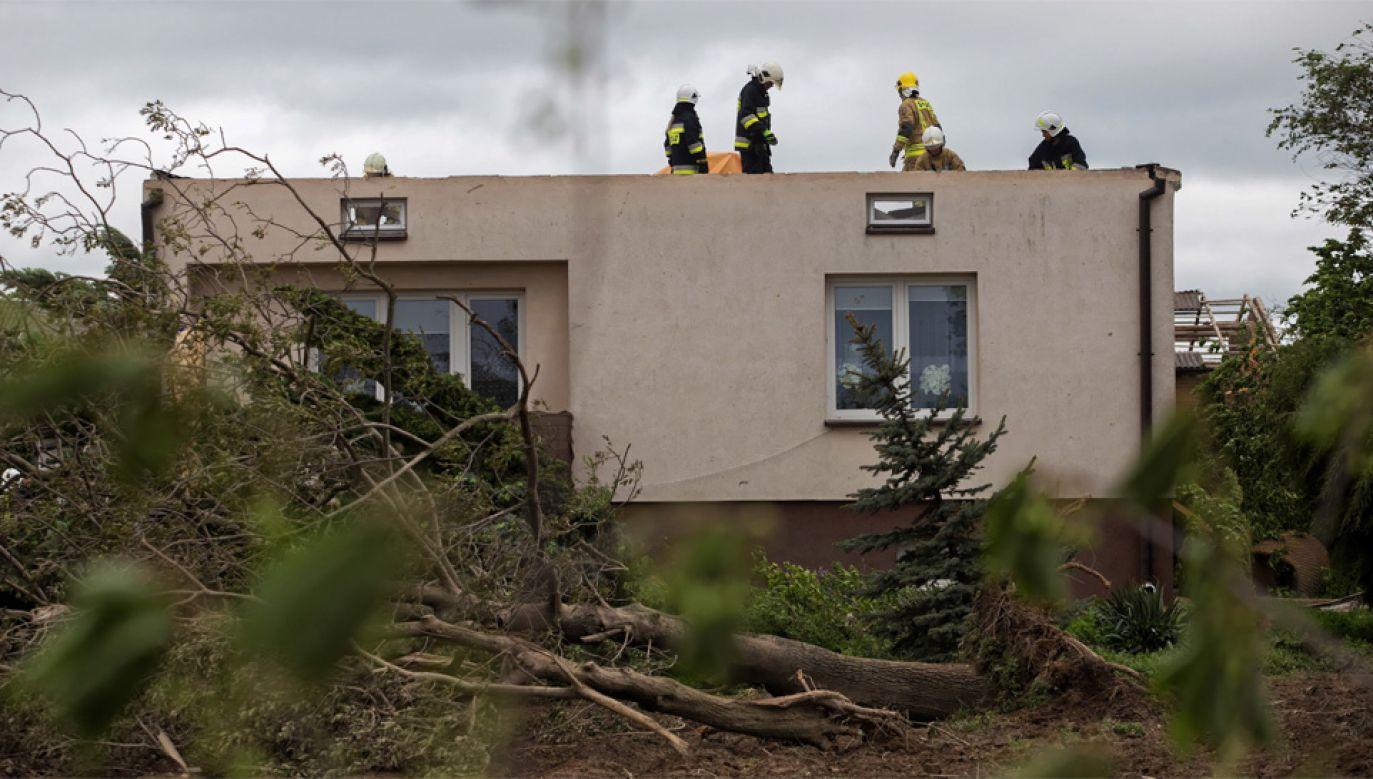 Strażacy mają masę pracy po burzach (fot. PAP/Wojtek Jargiło)