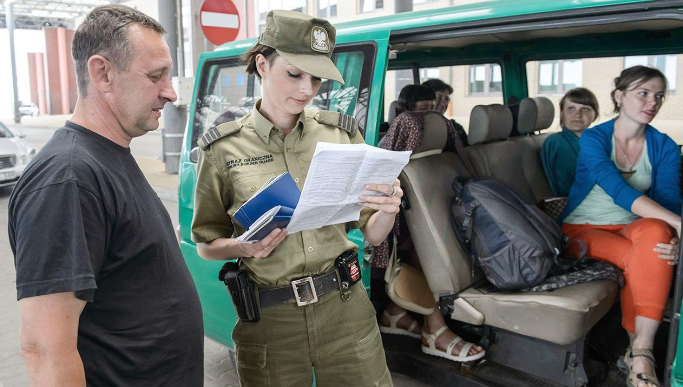 Kontrola dokumentów na granicy (fot. arch.PAP/Wojciech Pacewicz)