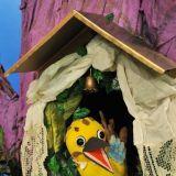 W domku zawieszonym na leśnym drzewie mieszka nieco hałaśliwa Sójka. Głosu użycza jej Beata Waszczuk – autorka scenariuszy i wydawca Domisiów  (fot. Jan Bogacz/TVP)