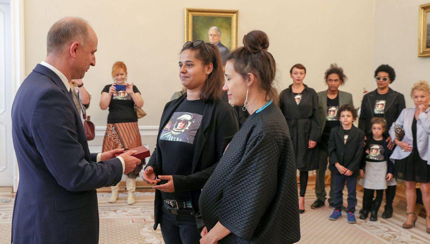 Uroczystość wręczenia odznaczenia członkom rodziny w Pałacu Prezydenckim (fot. FB/Krzysztof Sitkowski/KPRP)