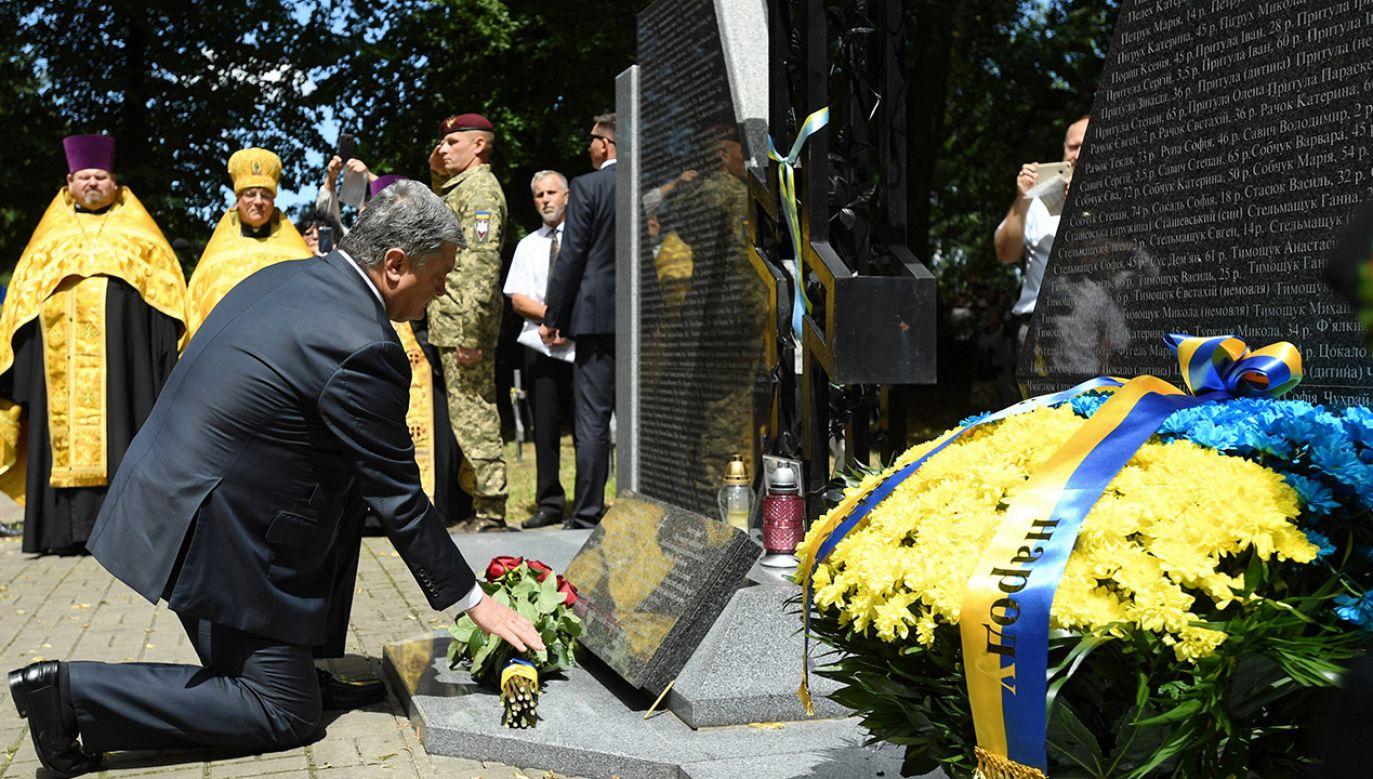 Prezydent Ukrainy Petro Poroszenko (L) podczas wizyty w miejscowości Sahryń na Lubelszczyźnie (fot. arch.PAP/Wojciech Pacewicz)