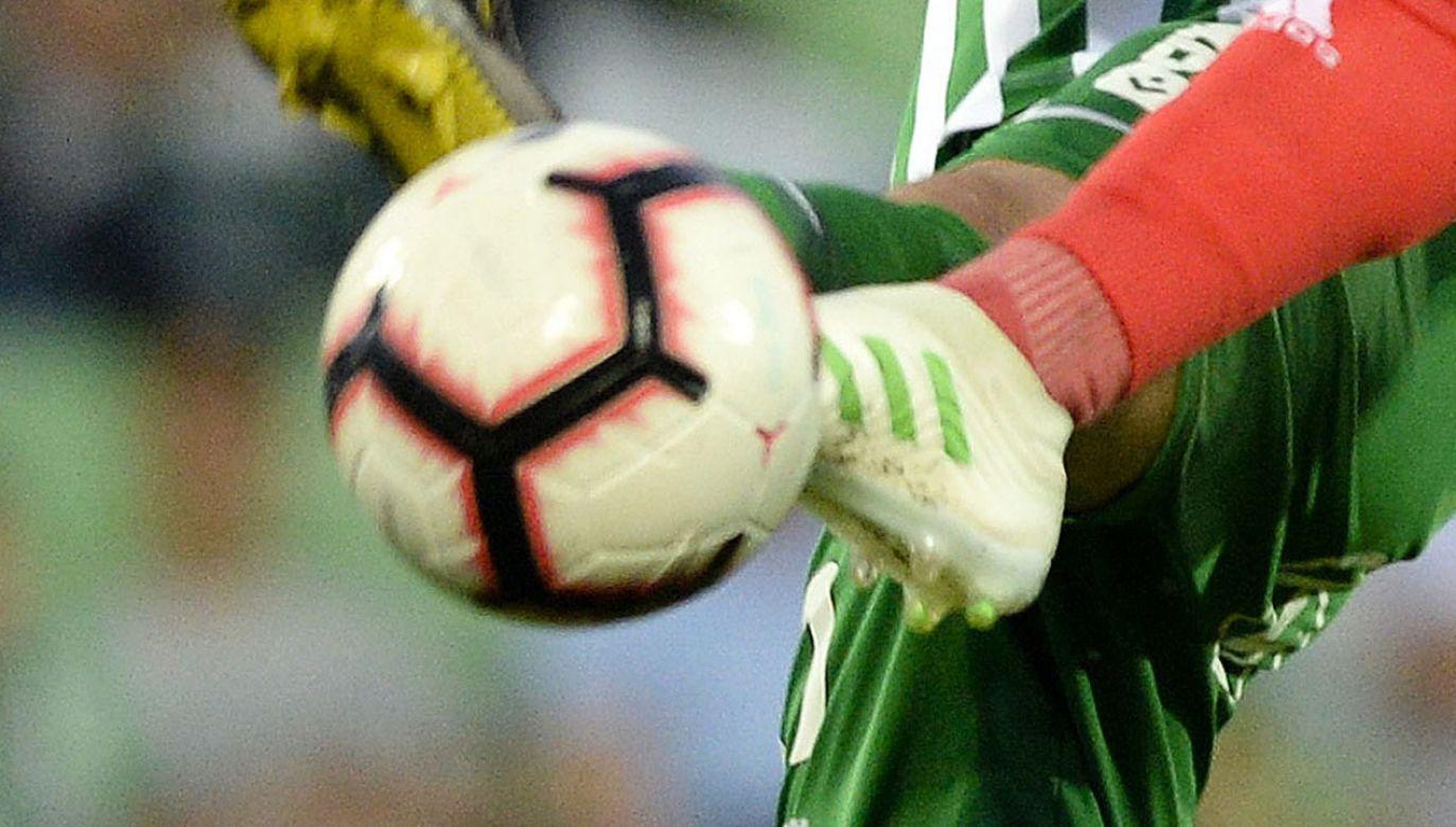 Do niecodziennej sytuacji doszło podczas meczu piłkarskiego III ligi (fot. EPA/PAP, zdjęcie ilustracyjne)