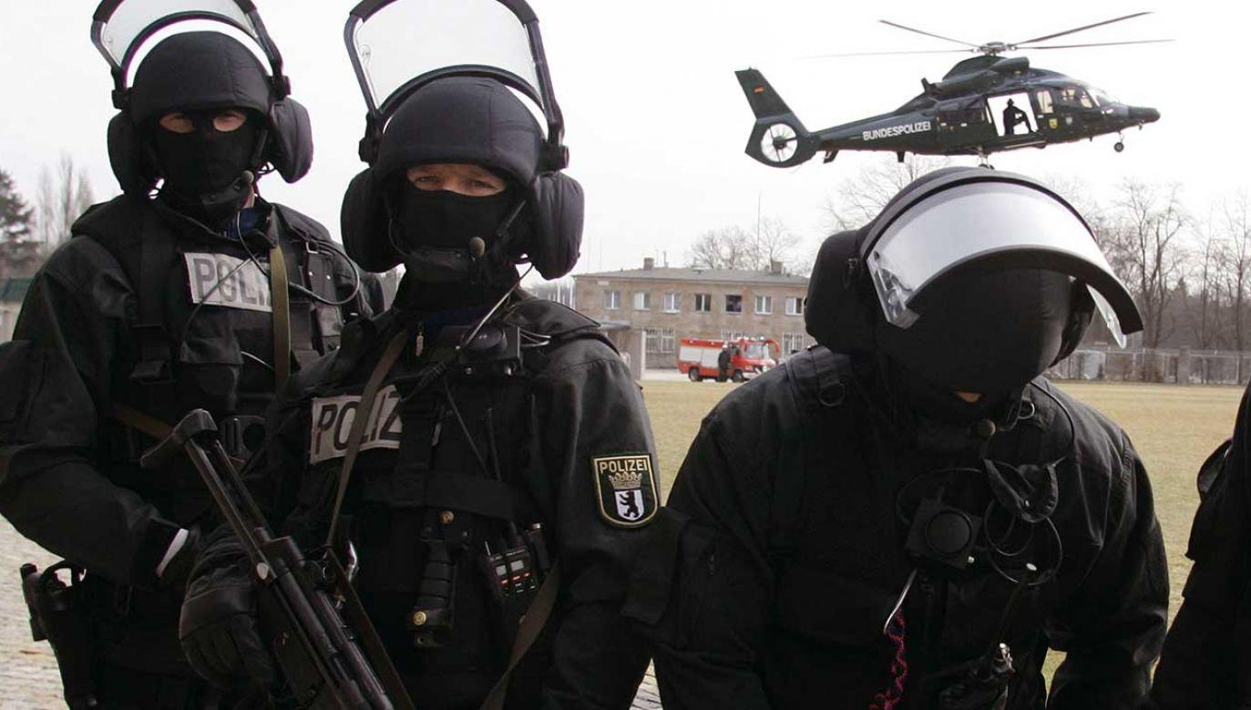 Funkcjonariusze jednostki antyterrorystycznej kradli amunicję (fot. REUTERS/Fabrizio Bensch)