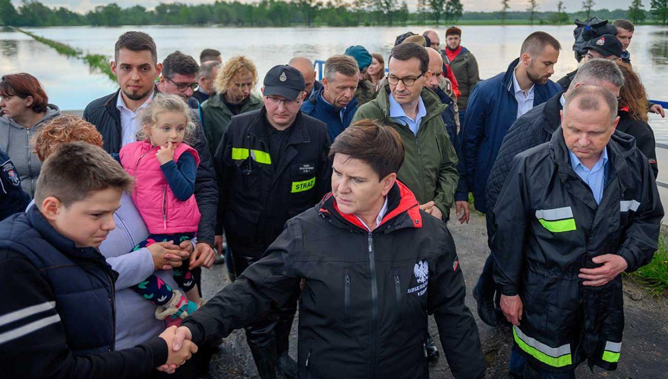 Wicepremier Szydło odwiedziła mieszkańców zalanej wsi  (fot. PAP/Paweł Topolski)