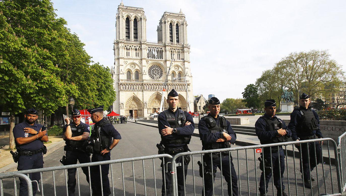 Francuski prezydent Emmanuel Macron liczy, że prace rekonstrukcyjne uda się zakończyć w ciągu pięciu lat (fot. PAP/ EPA/Michel Euler / POOL MAXPPP)