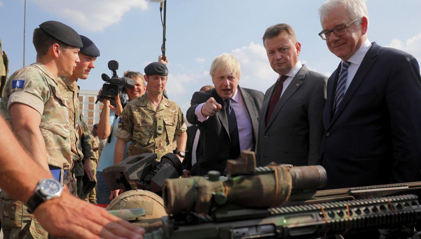Polski minister obrony narodowej Mariusz Błaszczak, minister spraw zagranicznych Polski Jacek Czaputowicz i minister spraw zagranicznych Wielkiej Brytanii Boris Johnson (fot. PAP/Paweł Supernak)