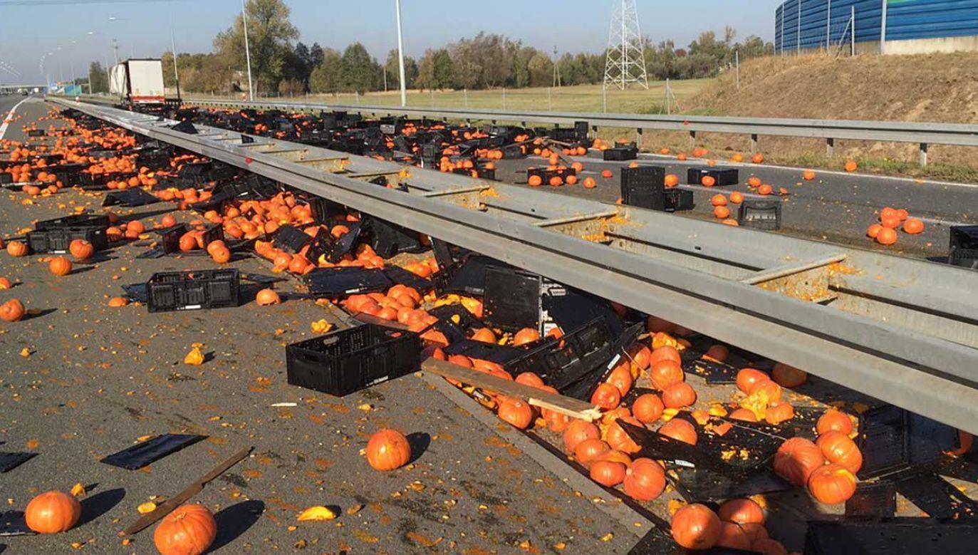 Pod Koninem na zjeździe na autostradę z ciężarówki wysypały się dynie (fot. TT/Autostrady Polska)