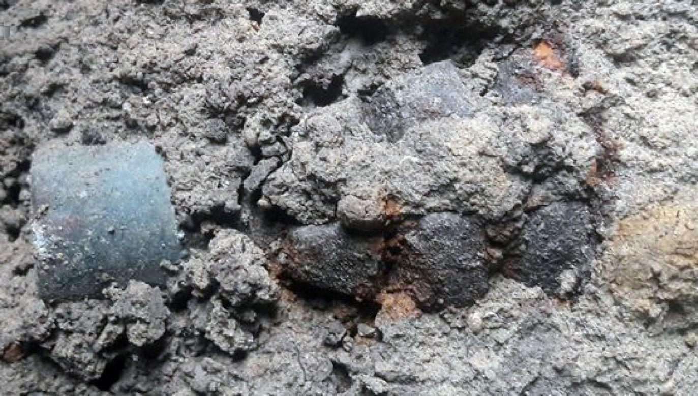 Okazało się, że w garnku były dwa granaty z czasów II wojny światowej (fot. lubelska.policja.gov.pl)