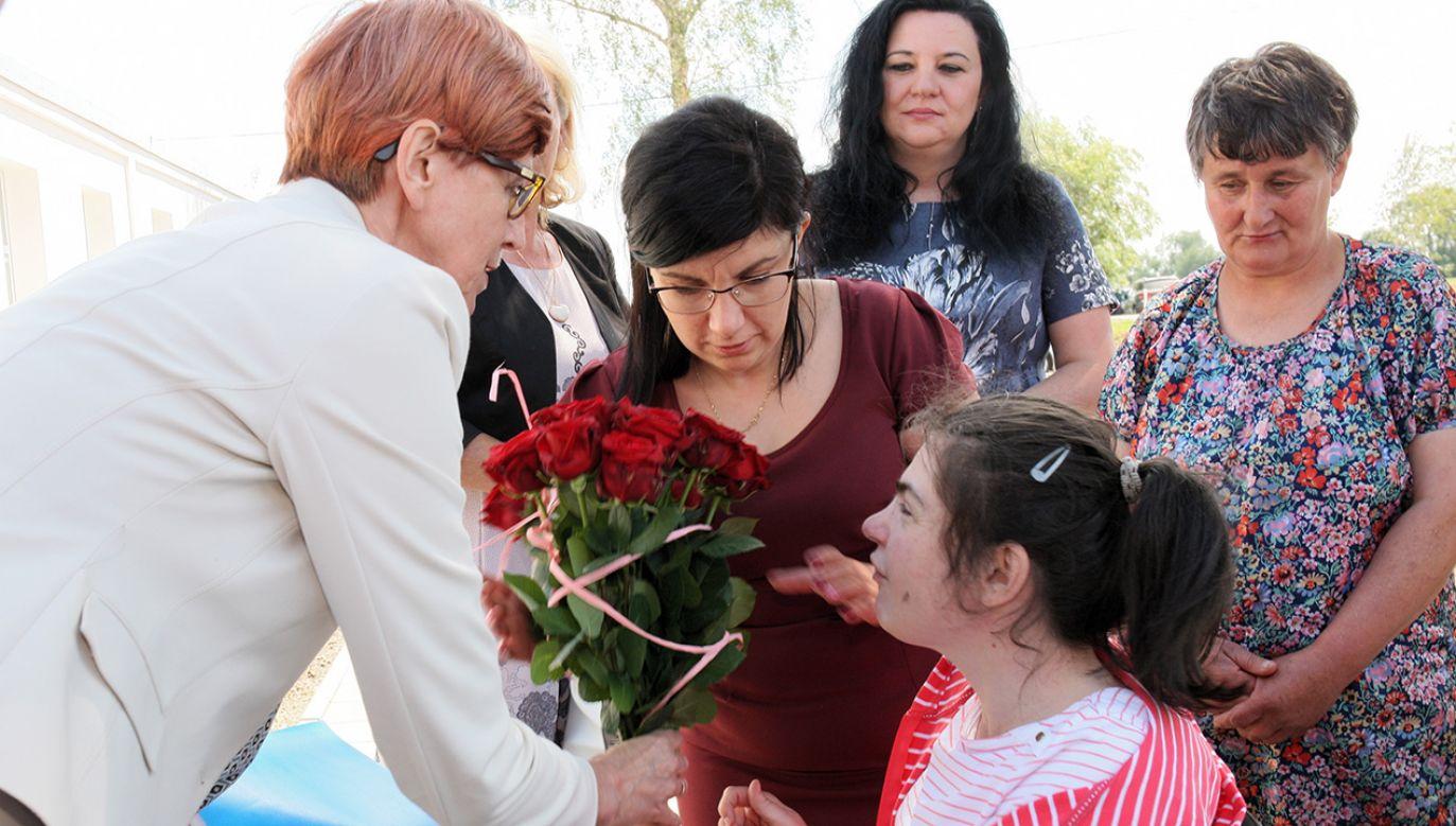 Minister rodziny, pracy i polityki społecznej Elżbieta Rafalska (L) podczas otwarcia Środowiskowego Domu Samopomocy w Krzyszczynce (fot. PAP/Lech Muszyński)