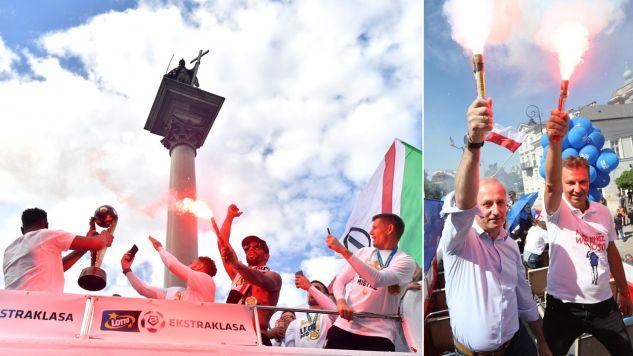 Piłkarze Legii w autobusie na Pl. Zamkowym podczas ceremonii dekoracji; Politycy PO Andrzej Halicki i Sławomir Neumann podczas Marszu Wolności (fot.  PAP/Bartłomiej Zborowski/tt/@AndrzejHalicki)