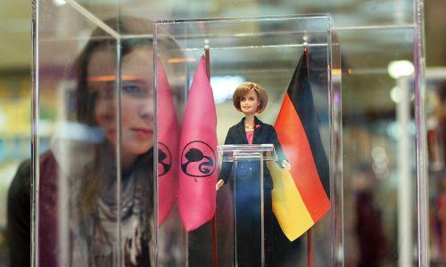 Angela Merkel w wersji Mattela. Fot. REUTERS/Christian Charisius (GERMANY)