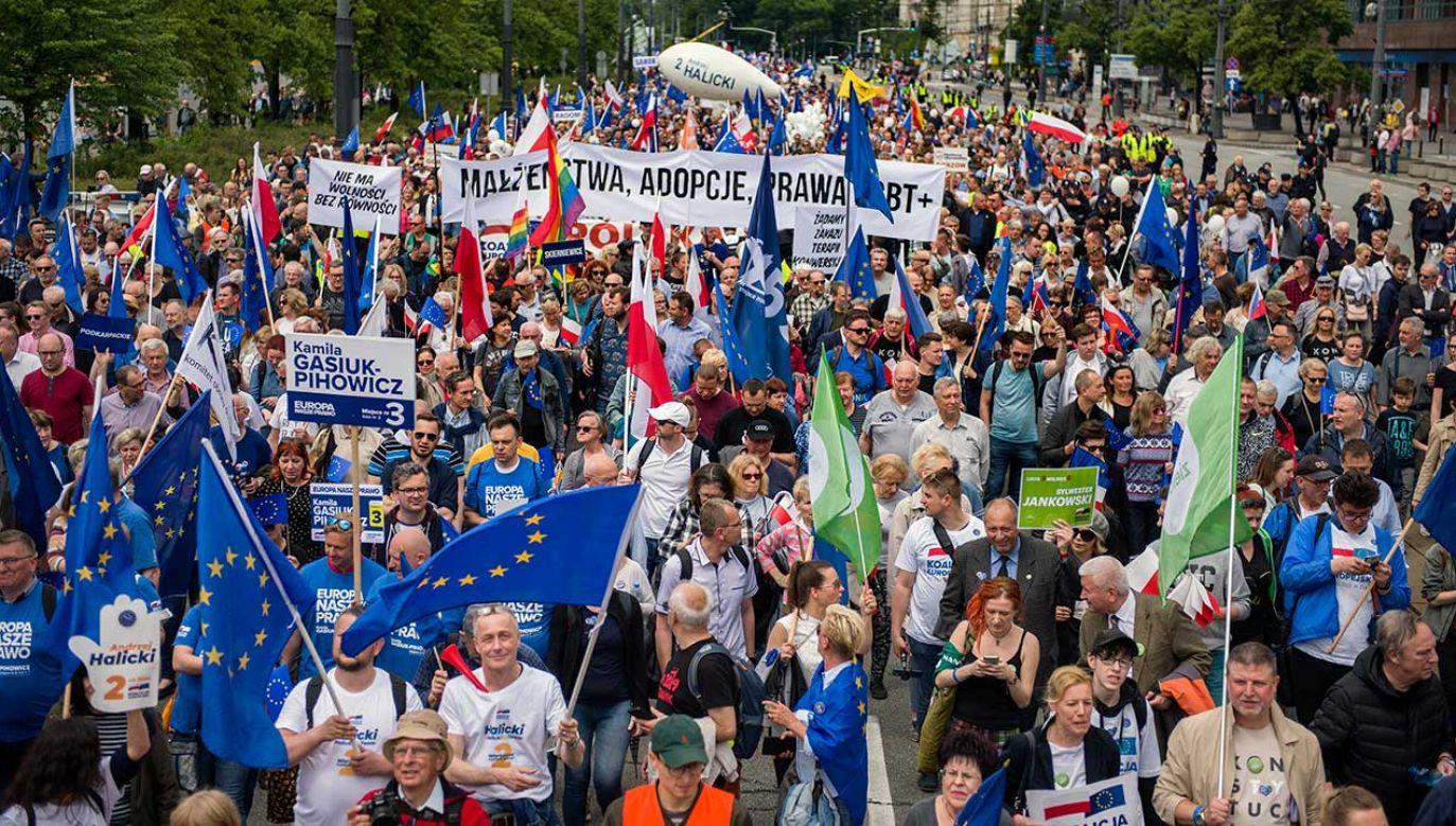 """W zorganizowanym przez Koalicję Europejską """"Marszu dla Europy"""" wziął udział Donald Tusk (fot. Attila Husejnow/SOPA Images/LightRocket/Getty Images)"""