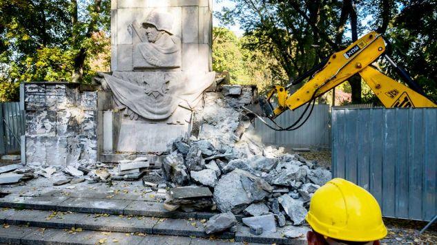 Demontaż pomnika Wdzięczności Żołnierzom Armii Radzieckiej w parku Skaryszewskim (fot. PAP/Jakub Kamiński)