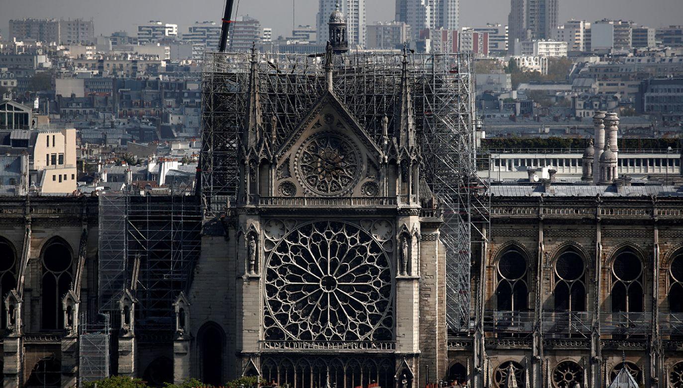 Ścian nie utrzymuje już konstrukcja dachu (fot. REUTERS/Benoit Tessier)