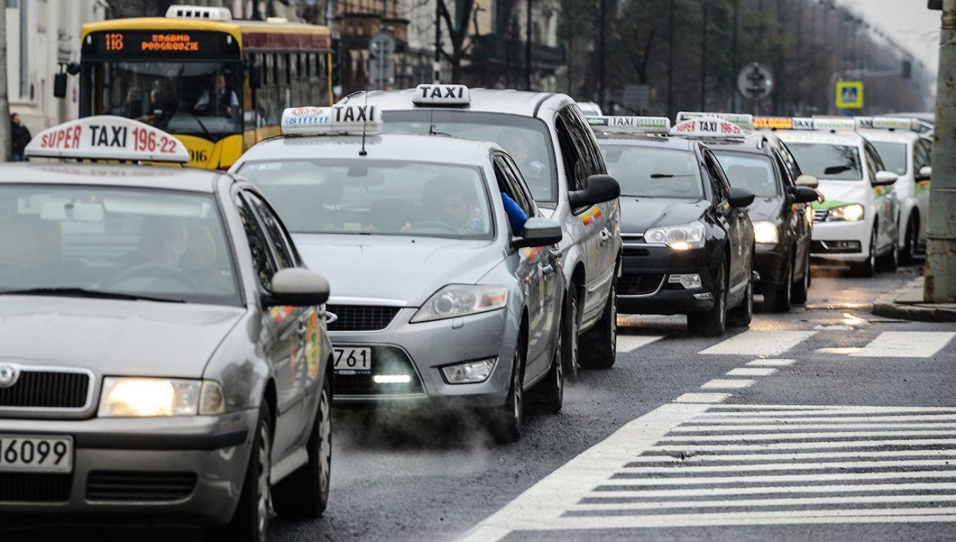 Średni dług taksówkarski notowany w KRD wynosi niespełna 13 tys. zł (fot. arch. PAP/Jakub Kamiński)