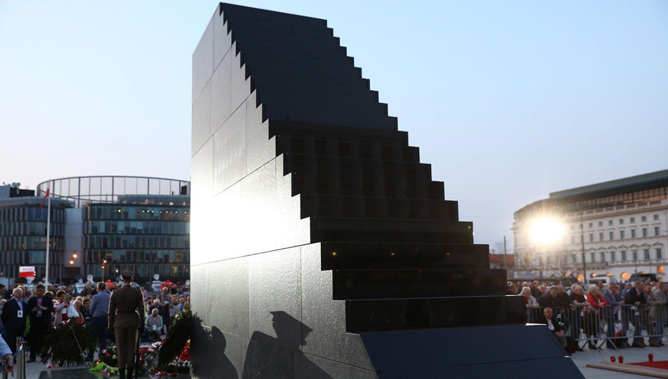 Pomnik Ofiar Tragedii Smoleńskiej 2010 roku w Warszawie (fot. arch. PAP/Rafał Guz)