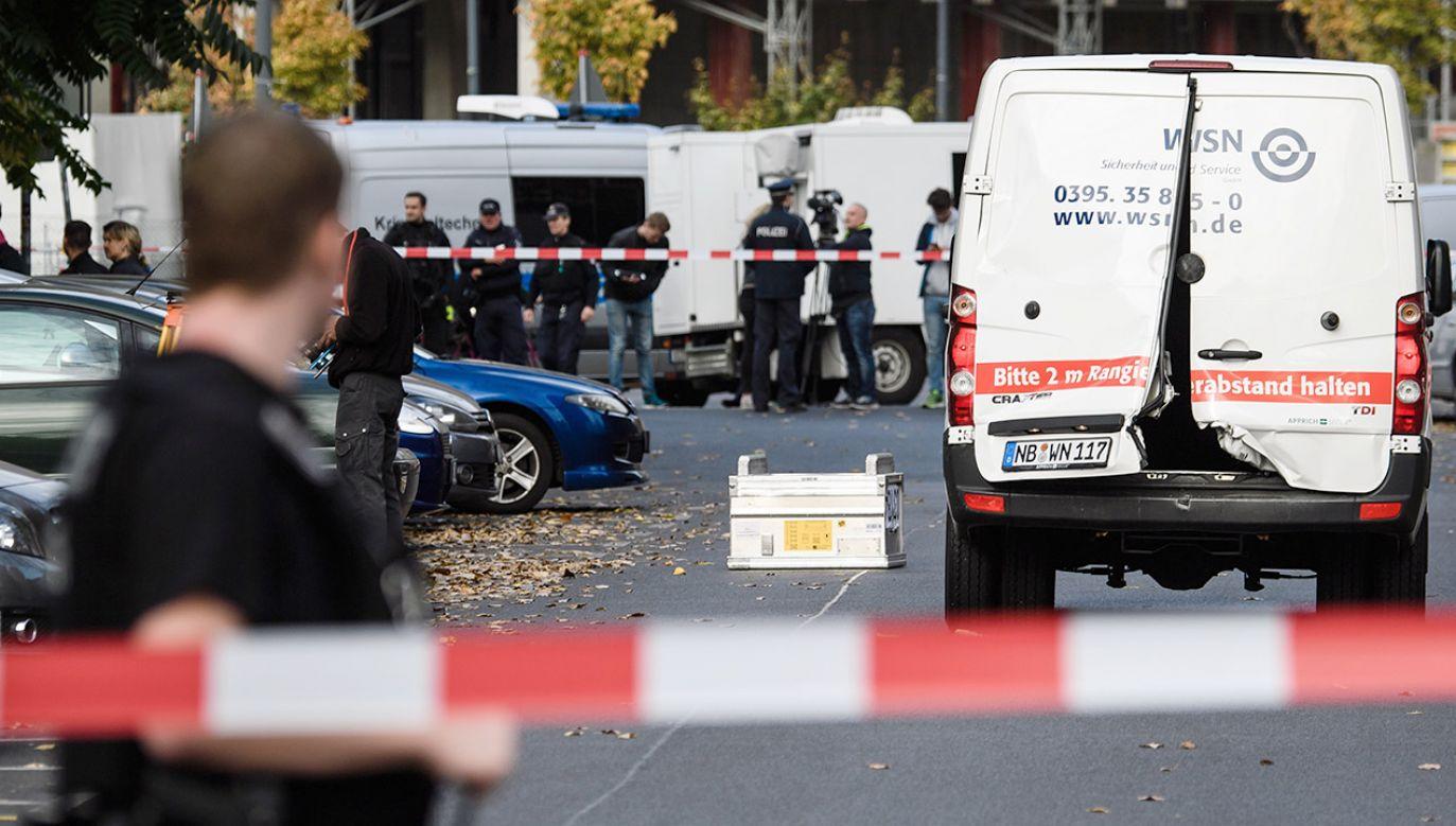 Napastnicy ostrzelali furgonetkę z broni maszynowej (fot. PAP/EPA/CLEMENS BILAN)