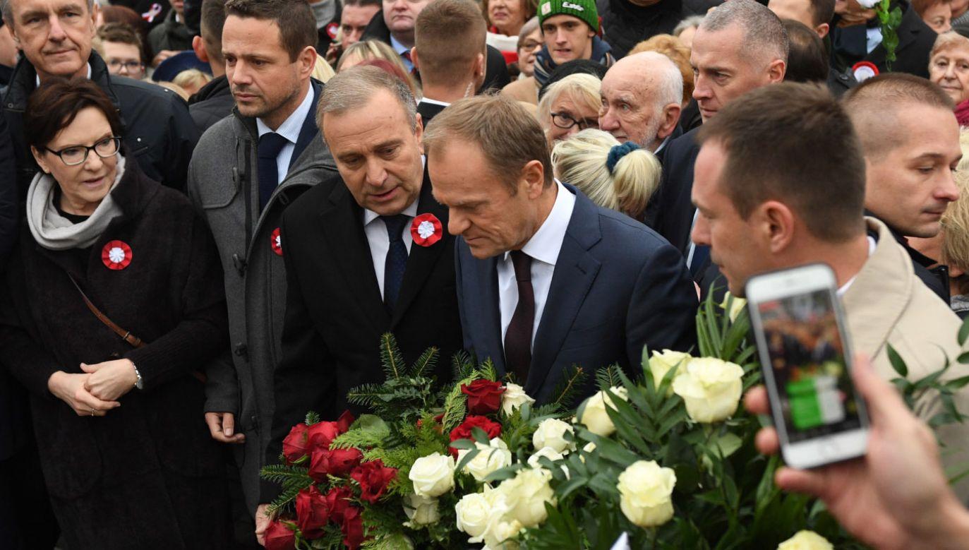 Wieńce przed pomnikiem Józefa Piłsudskiego złożył przewodniczący RE Donald Tusk (2P), lider PO Grzegorz Schetyna (C), prezydent-elekt Warszawy Rafał Trzaskowski (3L), poseł PO Ewa Kopacz (2L) i senator PO Bogdan Klich (1L) (fot. PAP/Radek Pietruszka)