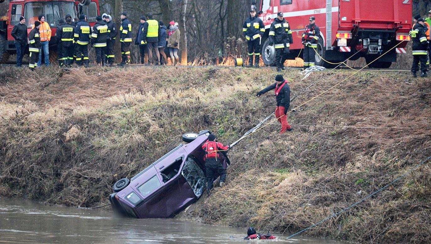 Strażacy wydobywają z rzeki samochód Tico, którym podróżowały nastolatki (fot. arch. PAP/Darek Delmanowicz)