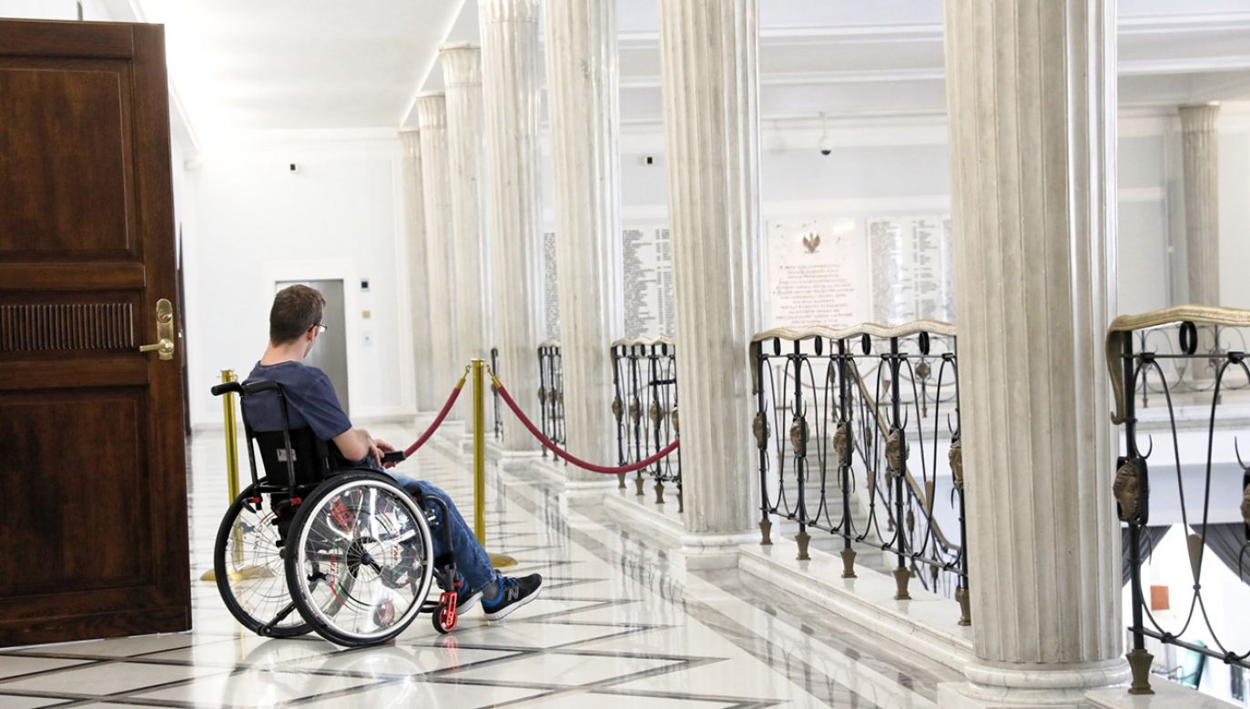 Trwa 34. dzień protestu osób niepełnosprawnych i ich opiekunów w Sejmie (fot. PAP/Tomasz Gzell)