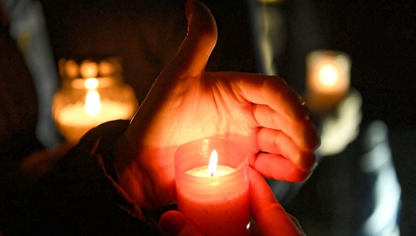 Mieszkańcy Gdańska układają ze świec na pl. Solidarności w Gdańsku - Największe Serce Świata (fot. PAP/Adam Warżawa)
