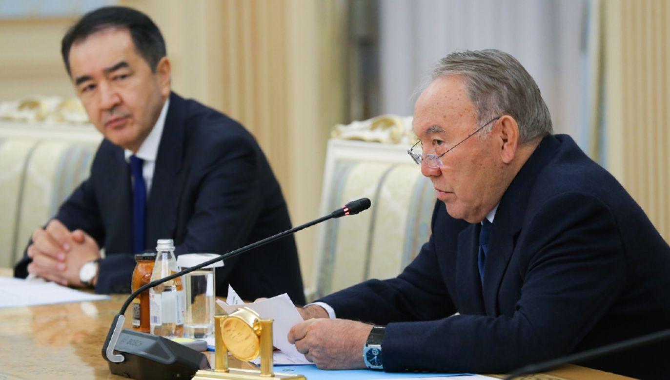 Prezydent Nursułtan Nazarbajew (z prawej) zdymisjonował premiera Bakytżana Sagyntajewa (fot. Yekaterina Shtukina\TASS via Getty Images)