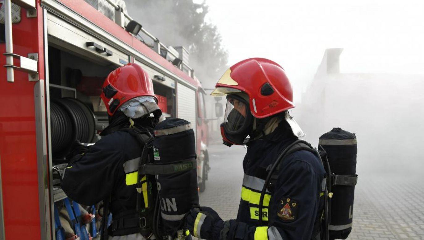 Na miejscu pracuje kilka jednostek ochrony przeciwpożarowej (fot. PAP/Wojciech Pacewicz)