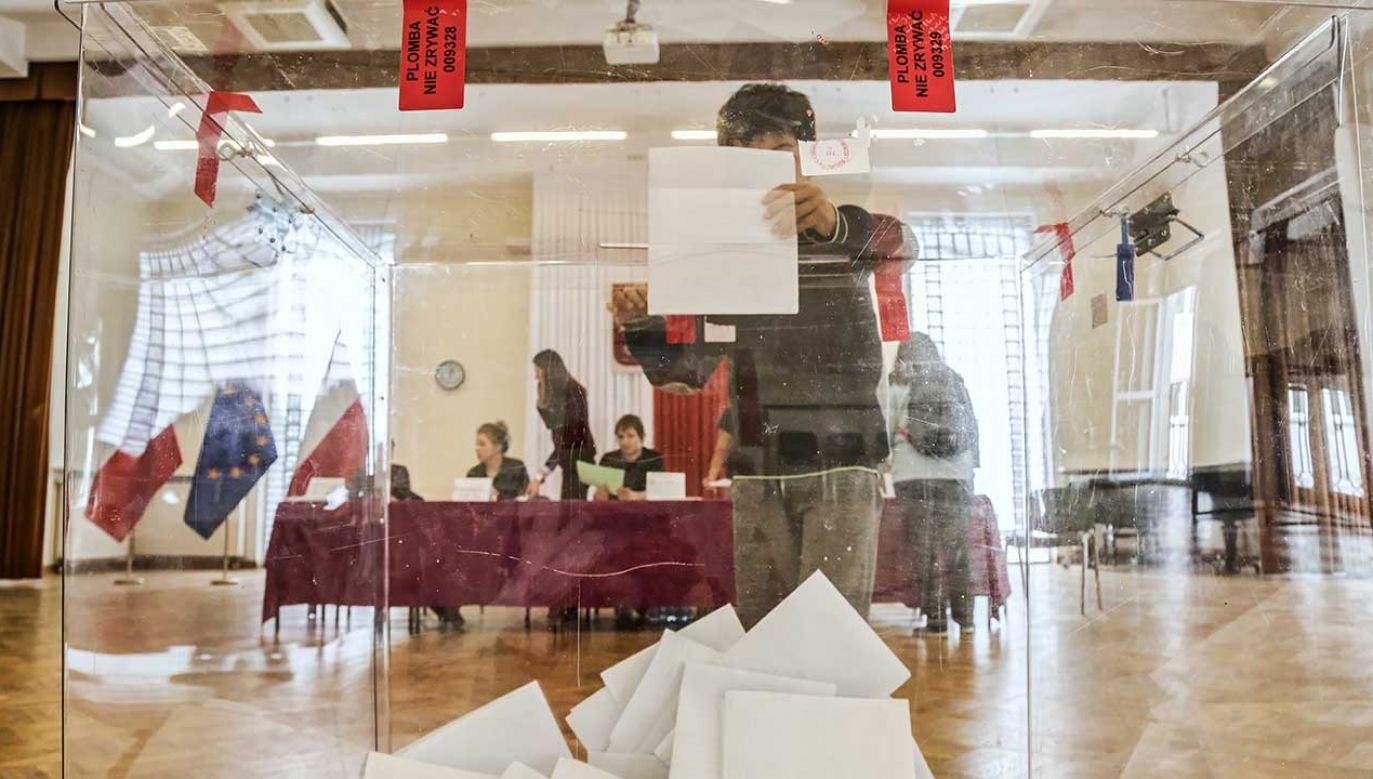 Frekwencja w wyborach wyniosła 43 proc. (fot. PAP/Wojciech Olkuśnik)