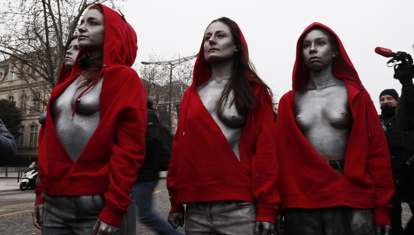 Kobiety zbliżyły się do kordonu policji w pobliżu Pałacu Elizejskiego, siedziby prezydenta Republiki (fot. PAP/EPA/ETIENNE LAURENT)