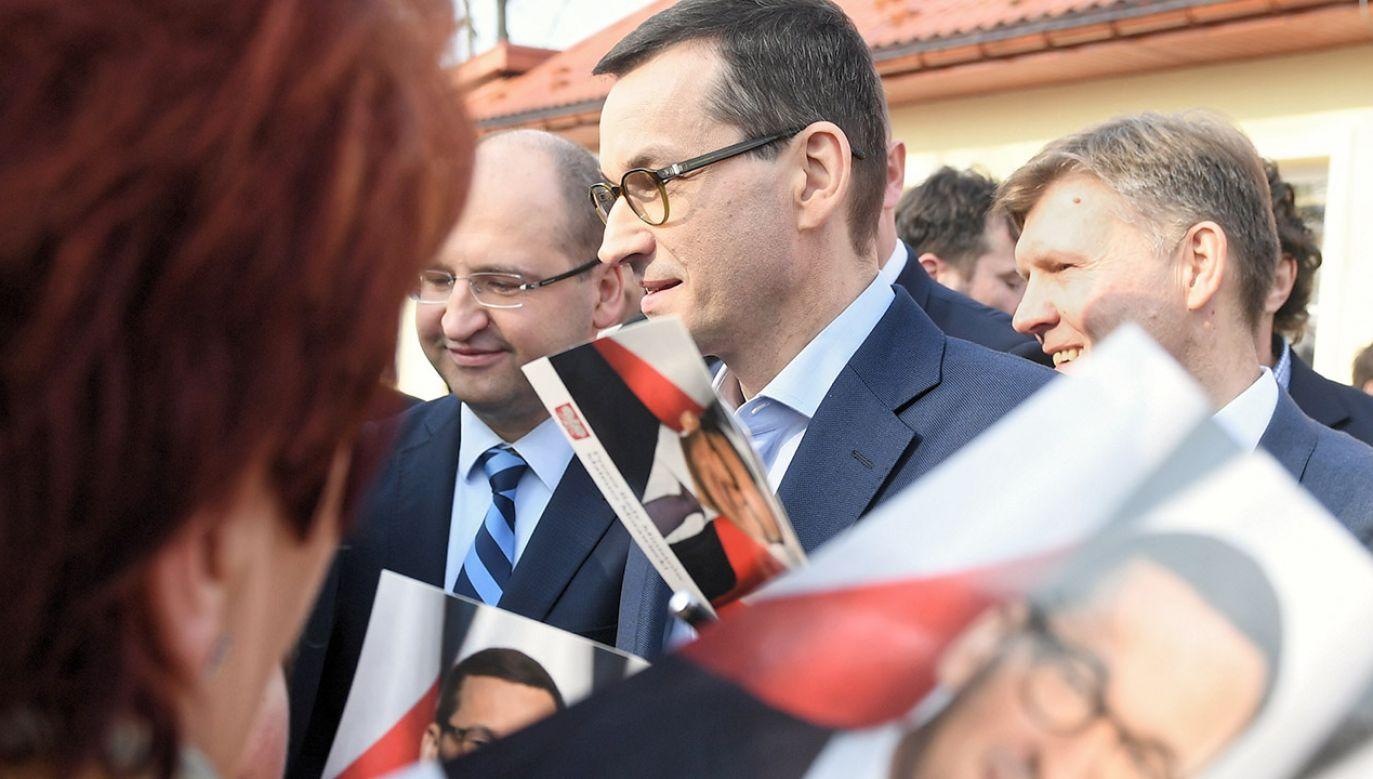 Premier Mateusz Morawiecki (C) podczas wizyty w Jedlińsku (fot. PAP/Radek Pietruszka)