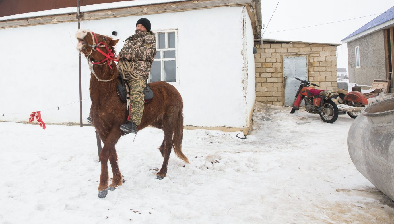 Wioska Tastubek nad Morzem Aralskim. Kazach też wraca na koń. Fot. Taylor Weidman/LightRocket/Getty Images