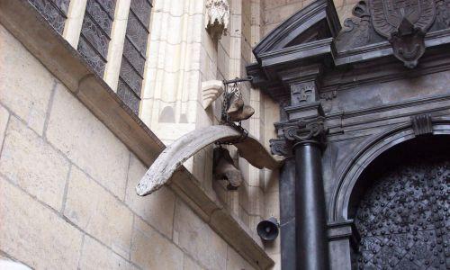 Kość legendarnego Smoka Wawelskiego, wisząca przy katedrze na Wawelu. Fot. Wikimedia Commons/ Yohan euan o4 - Own work, CC BY-SA 3.0
