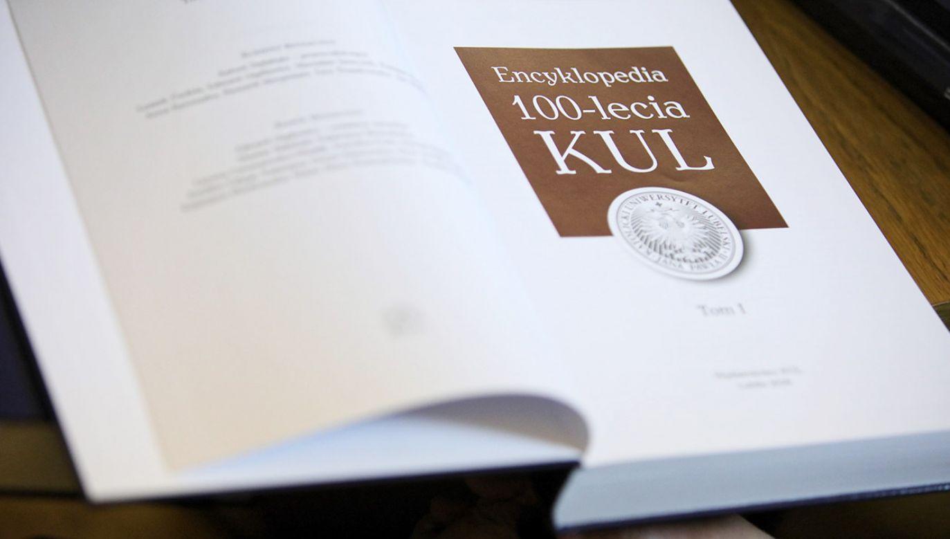 """Prezentacja unikatowej dwutomowej """"Encyklopedii 100-lecia KUL"""",  w Warszawie (fot. PAP/Leszek Szymański)"""
