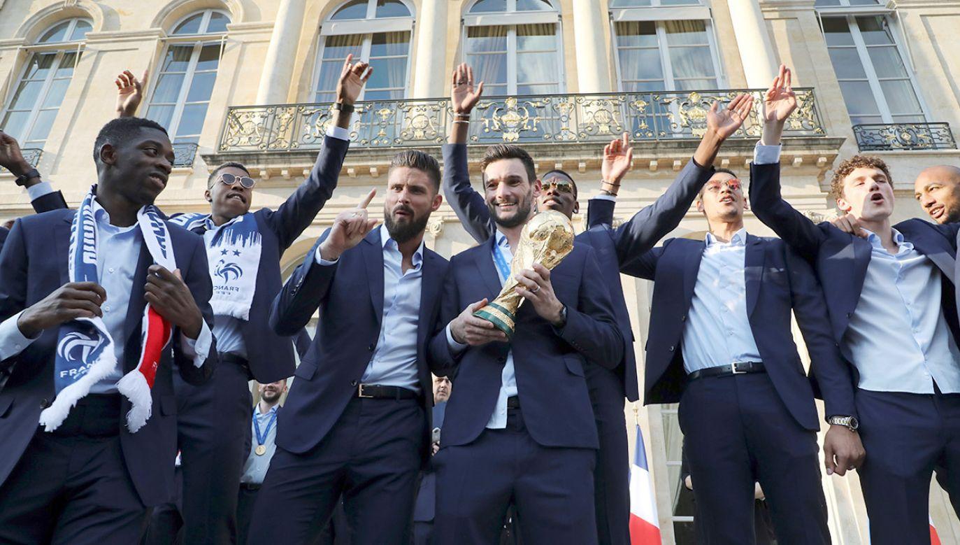 """Firma zapowiedziała, że zwróci pieniądze za rzeczy kupione w czasie trwania promocji, jeżeli """"Les Bleus"""" zostaną mistrzami (fot. PAP/EPA/LUDOVIC MARIN / POOL)"""