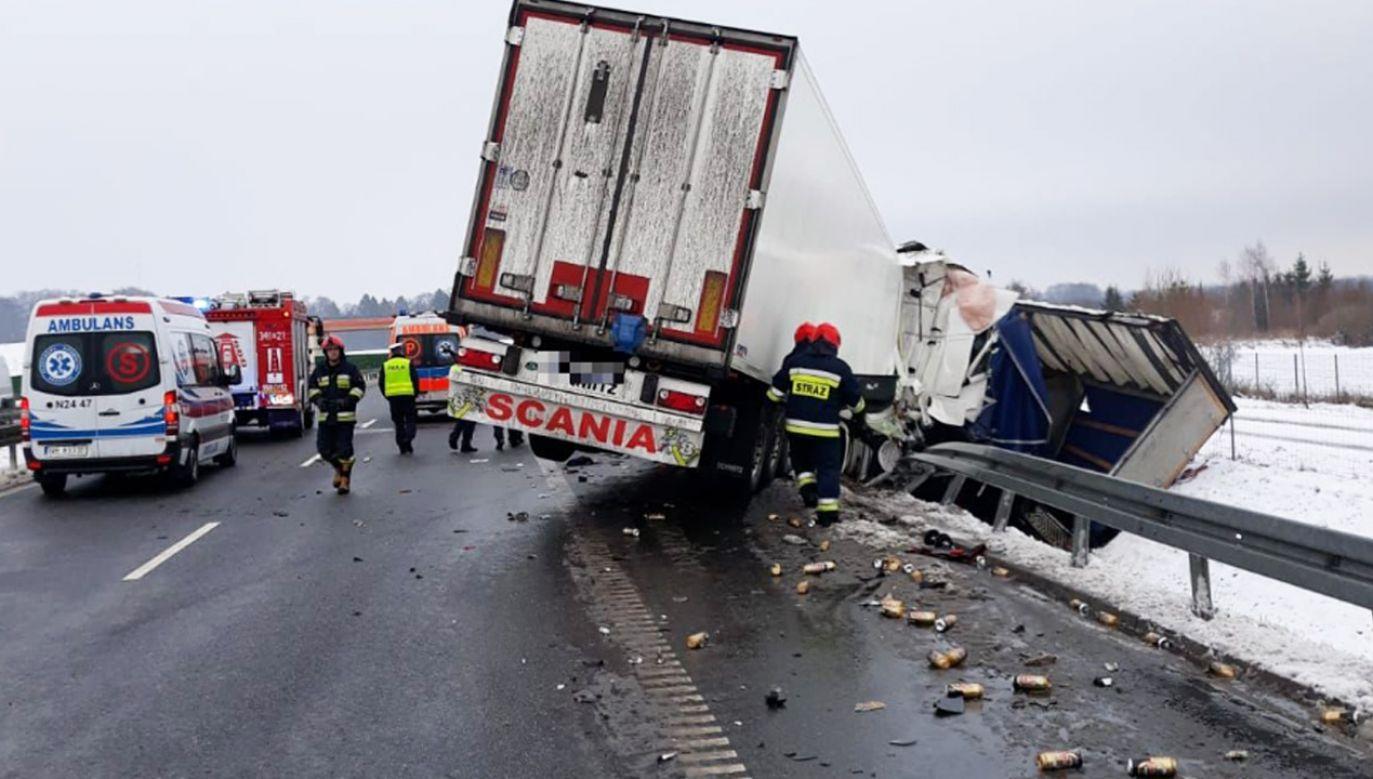Kierowca ciężarowej scanii najechał na tył stojącej na poboczu ciężarówki daf (fot. KMP w Elblągu)